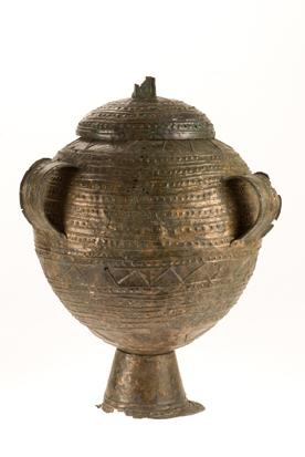 Cinerario in bronzo laminato decorato a sbalzo su alto piede
