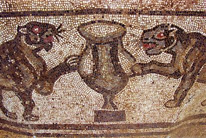 Mosaico con motivo dionisiaco costituito da due pantere affrontate a cratere