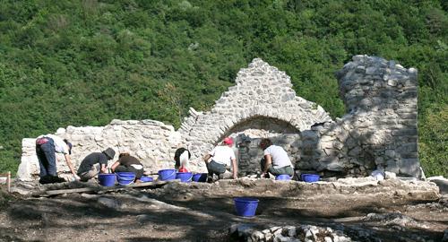 Studenti  impegnati nell'attività di scavo e di documentazione