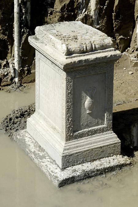 Ara Funeraria scoperta a Modena. Via Emilia
