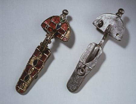 Fibula A e B, ambito ostrogoto (argento, ferro, pasta vitrea) - Inv. E. I 3138 A - B