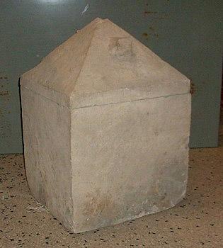Il cinerario cubico con coperchio a piramide