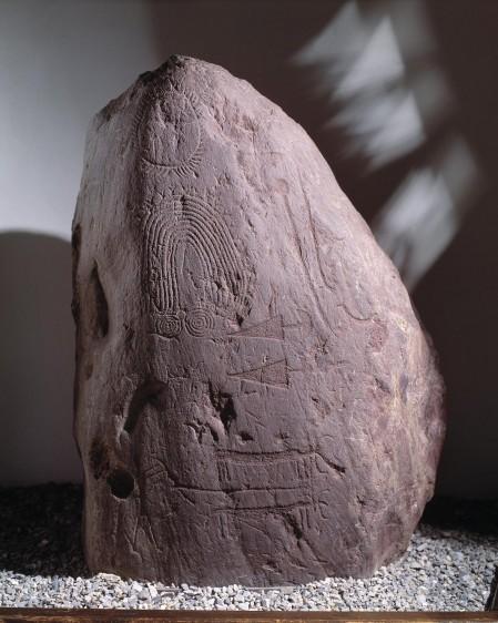 Masso inciso rinvenuto fuori contesto presso Malegno, Stile III A1 (2900-2500 a.C.)