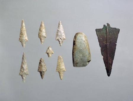 Volongo (Cremona), punte di freccia in selce, ascia in pietra levigata e pugnale a lama triangolare in rame rinvenute in una sepoltura (età del Rame 2, 2900-2500 a.C.)