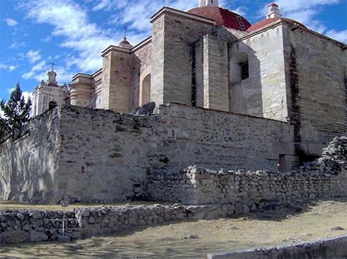 La chiesa di San Paolo Apostolo a Mitla, le cui fondamenta insistono su quelle di un precedente palazzo di epoca mixteca