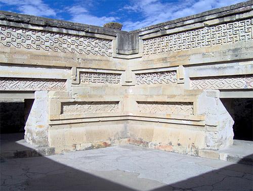 """Particolari di alcuni degli ambienti interni del c.d. """"palazzo delle colonne"""""""