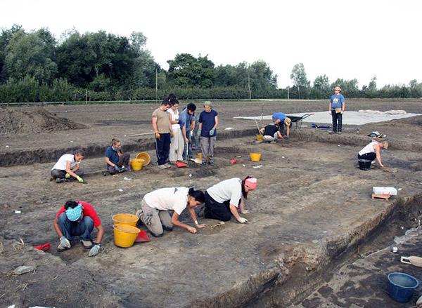 Terzo di Aquileia. L'inizio della campagna di scavo, appena asportato lo strato superficiale