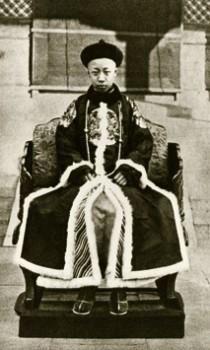 Pu Yi sul trono il 1 luglio 1917, data della Restaurazione